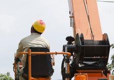 En tekniker kontrollerar hinken till höjdpunkten upp elektrikerarbete royaltyfria foton