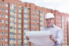 En tekniker med konstruktionsplan Arkivfoto