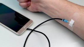 En teknologiknarkare Begreppet av beroende på smartphonen, telefon Den pulserar handen, som ett begrepp av att spendera liv på de stock video