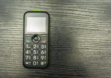En telefon med stora antal för äldre och siktat folk Royaltyfria Bilder