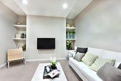 En television på väggen i en lyxig vardagsrum royaltyfri foto