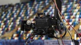 En televisionkamera på en kran utanför studion Videokameran som hänger på kranen, förbereder sig royaltyfri foto