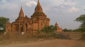 En tempel med två stupas lager videofilmer