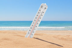 En termometer på stranden. royaltyfri bild