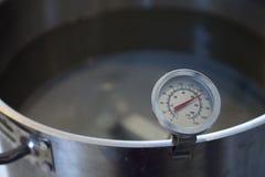 En termometer som läser 150 grader Farenheit Arkivbild