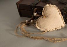 En textilhjärta med en lantlig träask royaltyfria foton
