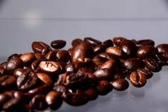 En texturerad form som göras av kaffebönor Arkivfoto