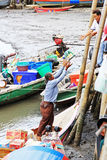 En thailändsk båtuthyrare får material klart för en tur Arkivfoto
