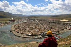 En tibetan munk som förbiser Yarchenen Gar Yaqen Orgyan Temple Arkivfoto