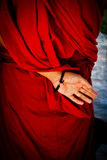 En tibetan munkhand bak hans baksida i Pokhara, Nepal Royaltyfria Foton