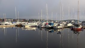 En tidig mulen morgon i hamnen av Lappeenranta, Finland lager videofilmer