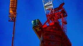 En tidschackningsperiod av rörande kranar på under-konstruktionen, i att panorera för Tokyo closeup stock video