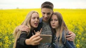 En tienervrienden die selfies stellen nemen stock videobeelden