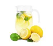 En tillbringare mycket av sommarmojitococtailen med limefrukt, citronen och mintkaramellen som isoleras på vit bakgrund Royaltyfri Bild