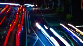 En timelapse av den i stadens centrum gatan på OUME-avenyn i panorera för Tokyo långt exponering arkivfilmer