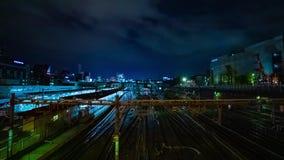 En timelapse av drevet p? den Ueno stationen p? zoomen f?r l?ng exponering f?r natt den breda sk?t lager videofilmer