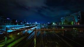 En timelapse av drevet p? den Ueno stationen p? zoomen f?r l?ng exponering f?r natt den breda sk?t stock video