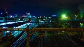 En timelapse av drevet p? den Ueno stationen p? zoomen f?r l?ng exponering f?r natt den breda sk?t arkivfilmer