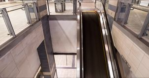 En timelapse av pendlare som använder en rulltrappa på en Kanada linje gångtunnelstation i Vancouver, F. KR. lager videofilmer