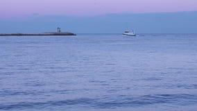 En timelapsefiskebåt navigerar havet arkivfilmer