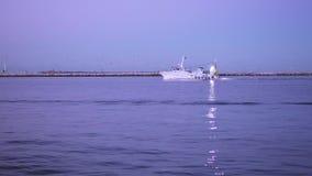 En timelapsefiskebåt navigerar havet stock video