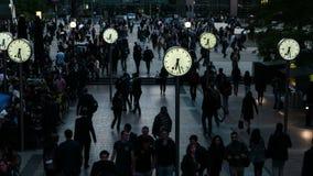 En timme av pendlingen i det finansiella området - Reuters Plaza, Canary Wharf, London, England, UK lager videofilmer