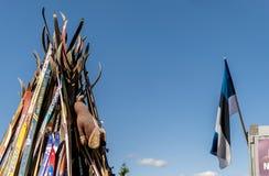 En tipi som göras från, skidar utomhus och en Estland flagga royaltyfria bilder