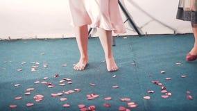 En tjej med bara fötter som dansar i en nattklubb stock video