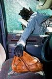 En tjuv stal en handväska från bilen Fotografering för Bildbyråer