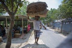 En tobakarbetare som mycket förutom bär av tobak i Dhaka, Vatara, manikganj, Bangladesh Arkivbilder