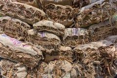 En tobakarbetare som mycket förutom bär av tobak i Dhaka, Vatara, manikganj, Bangladesh Arkivfoto