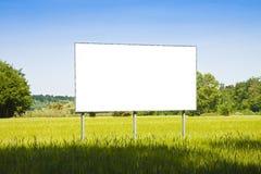 En tom advertizingaffischtavla i ett gräsfält - avbilda med kopian Arkivbild