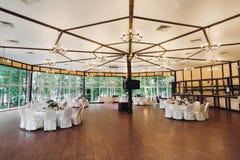 En tom bankett Hall Stora vita tak, tabeller och stolar för ett stort antal gäster fotografering för bildbyråer