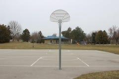 En tom basketdomstol vid parkera arkivfoto