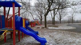 En tom lekplats i sen vinter Arkivfoton