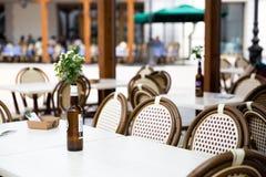 En tom tabell i den utomhus- restaurangen eller kafé i Venedig, Italien uttag royaltyfri bild