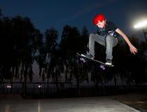 En tonåring hoppar Arkivbild