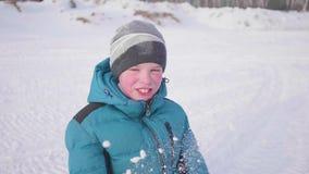 En tonåring i vinter parkerar att le framsidacloseupen Tiden av solnedgången Gå i den öppna luften En sund livsstil lager videofilmer