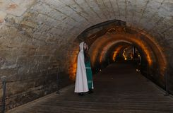 En tonårs- flicka i den Templars tunnelen i Akko, Israel arkivfoto
