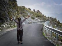 En tonårs- flicka med den sträckta armen Fotografering för Bildbyråer