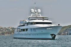 En 90 ton plus, lyxig kryssa omkring motorisk toppen yacht på ankaret i Sy Arkivbild