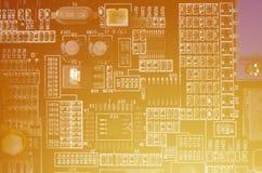 En tonad makrobild av ett datorbräde med många små teknologiska beståndsdelar Extremt grunt djup av fältet Abstrakt techno Arkivfoton