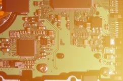 En tonad makrobild av ett datorbräde med många små teknologiska beståndsdelar Extremt grunt djup av fältet Abstrakt techno Arkivbilder