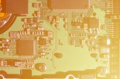 En tonad makrobild av ett datorbräde med många små teknologiska beståndsdelar Extremt grunt djup av fältet Abstrakt techno Royaltyfri Fotografi