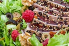 En tonfisksashimi med det nya sallad, hallonet och muttern Arkivfoton