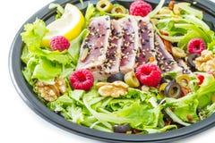 En tonfisksashimi med det nya sallad, hallonet och muttern Arkivbild