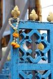 En torkad blommaarmring hängs på porten av en tempel (Thailand) royaltyfri fotografi