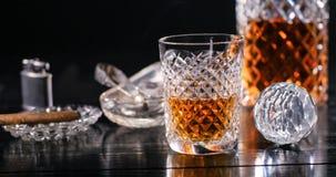 En torktumlare av whisky och en crystal karaff Royaltyfri Foto