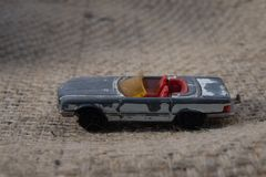 En Toy From Childhood Broken Old metallbil arkivbild