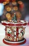 En toy på entree med porslin Jultomte och gran - tree Royaltyfri Bild